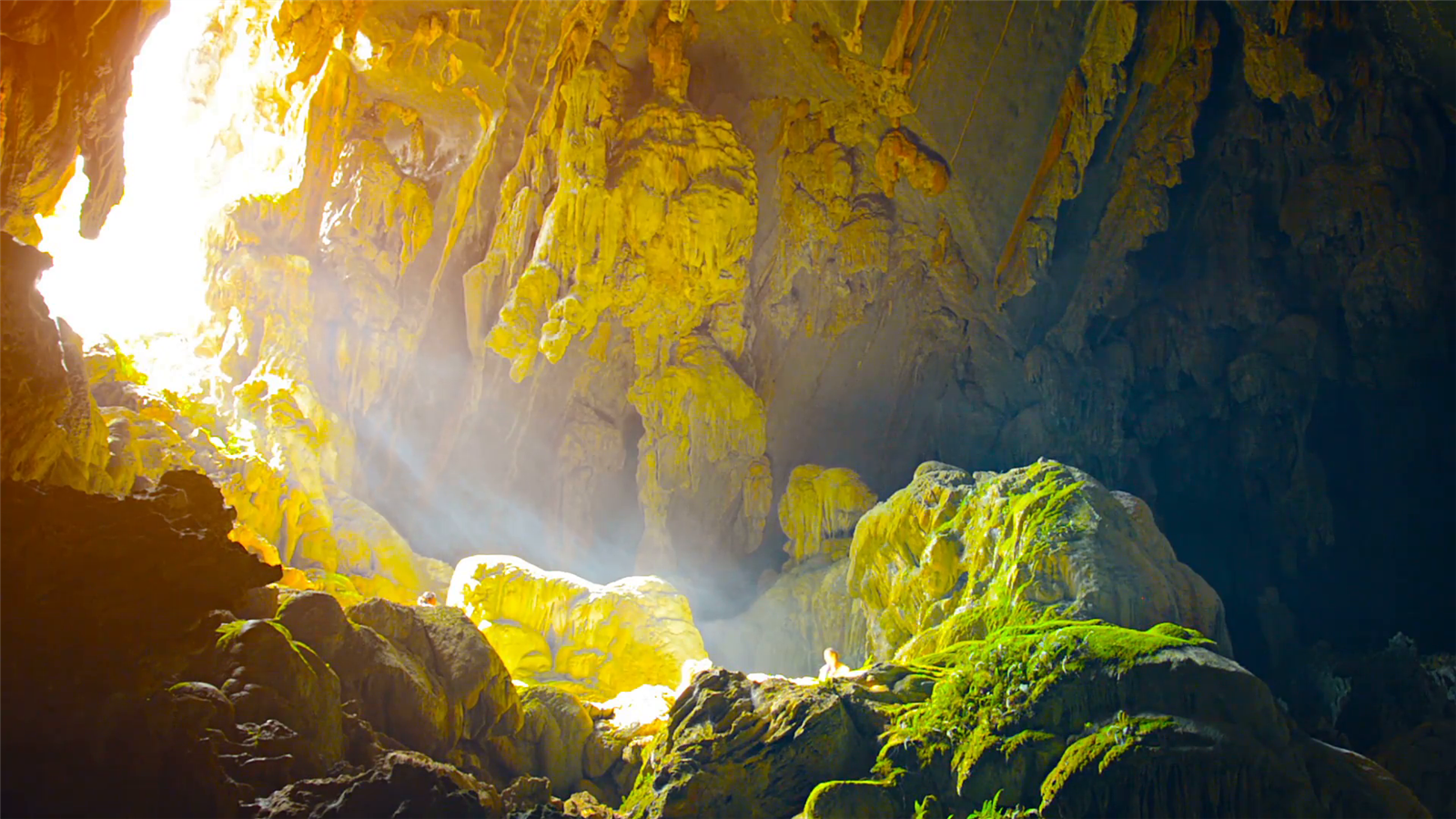 mouth-of-cave-at-blue-lagoon-in-vang-vieng-laos_vsgeanig5x__F0000
